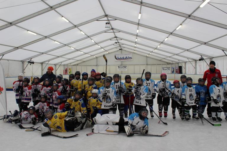 Nem mindennapi jégkorong tornának adott otthont a szolnoki jégpálya
